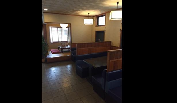 店舗内観テーブル席と小座敷